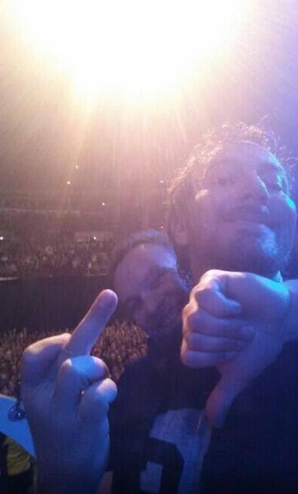 """""""Selfie"""" do Eddie e do Jeff, tirada no show de Leeds (@Tpot69)"""