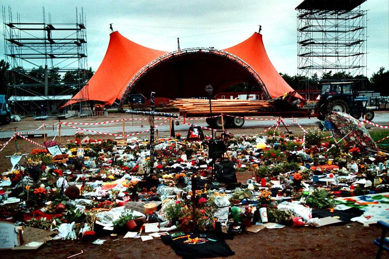 - DANMARK - ÅRTIET I BILLEDER - Roskilde Festival i 2000 endte i en tragedie. Ni mennesker blev mast ihjel foran Orange Scene under en koncert med Pearl Jam.