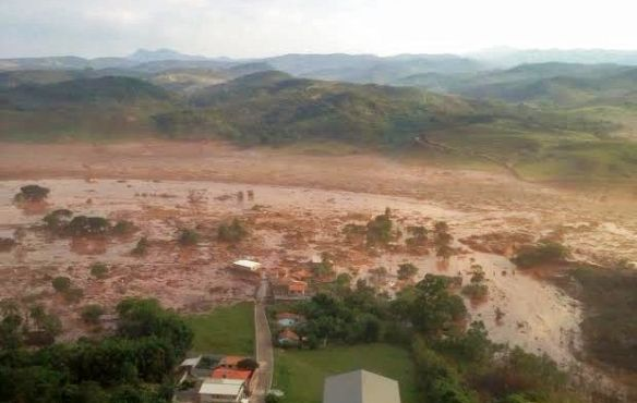 Mariana (MG) - Uma barragem pertencente à mineradora Samarco se rompeu no distrito de Bento Rodrigues, zona rural a 23 quilômetros de Mariana, em Minas Gerais, e inundou a região (Corpo de Bombeiros/MG - Divulgação)