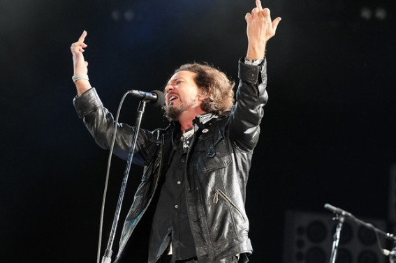 vocalista-eddie-vedder-do-pearl-jam-faz-gesto-obsceno-6207